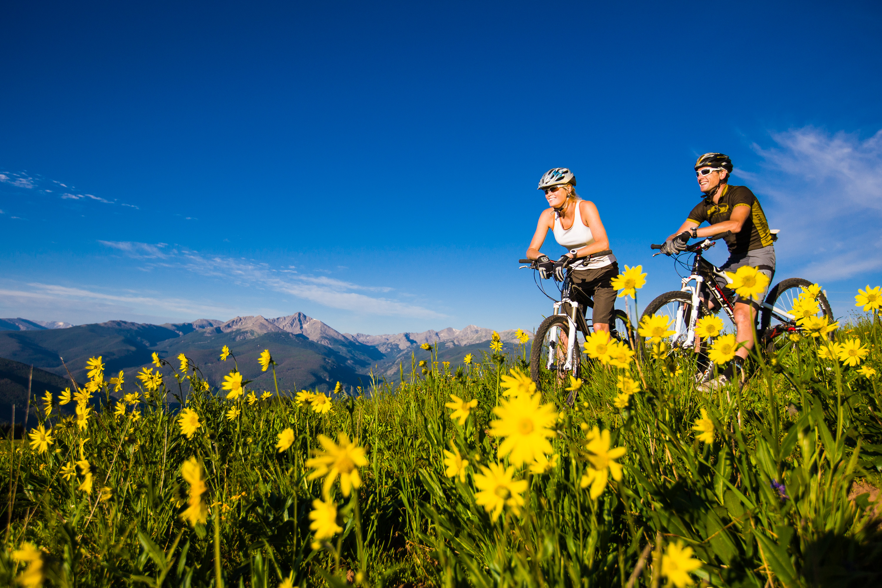 Mountain-Bikers-on-Hill